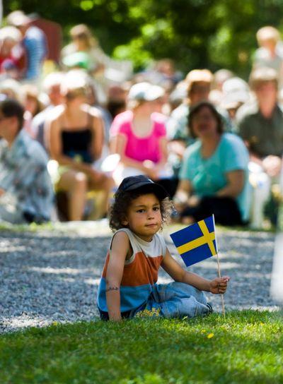 Pojke med svenska flaggan