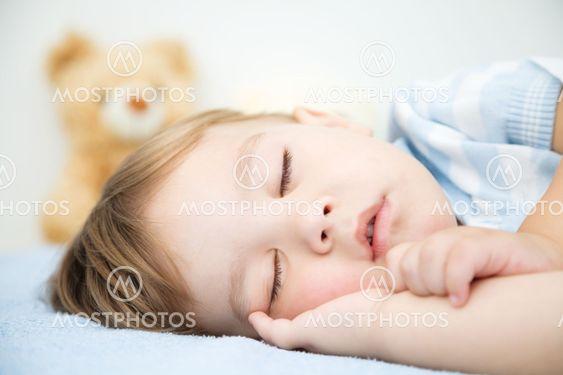 Söpö pieni poika nukkuu