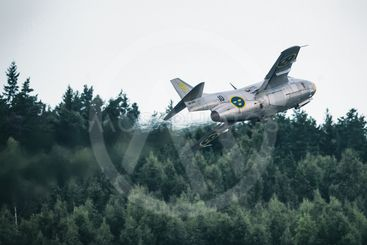 J 29 Tunnan takes off in the airshow at Orebro airport