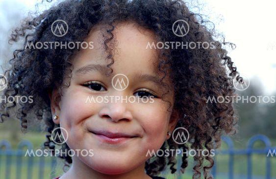 Pige med krøllede hår