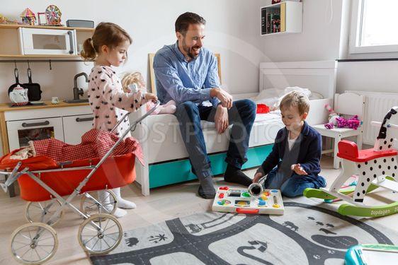 Pappa och barn leker