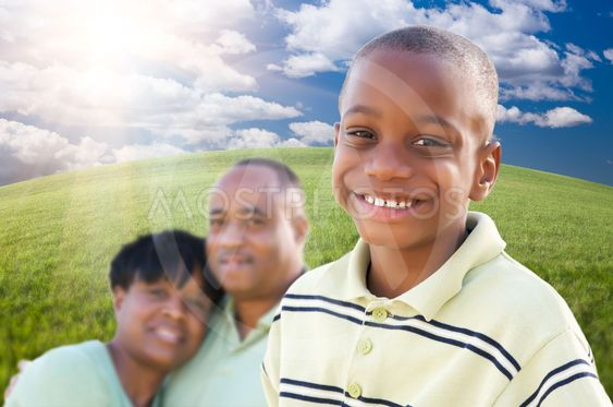 Komea African American Boy vanhempien kanssa