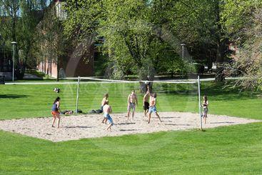 Vollyboll spelande ungdomar inne på Karolinska...