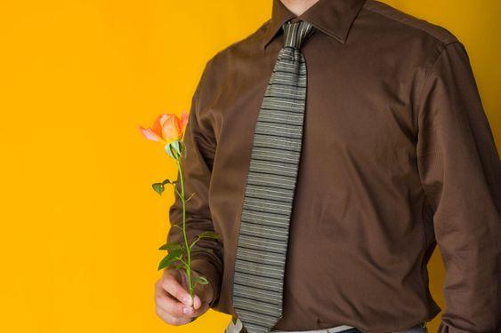 Forretningsmand med en rose
