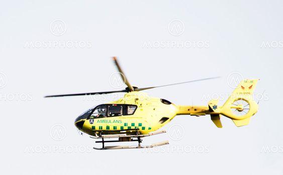 Ambulanshelikopter flyger över Djurgården, Stockholm