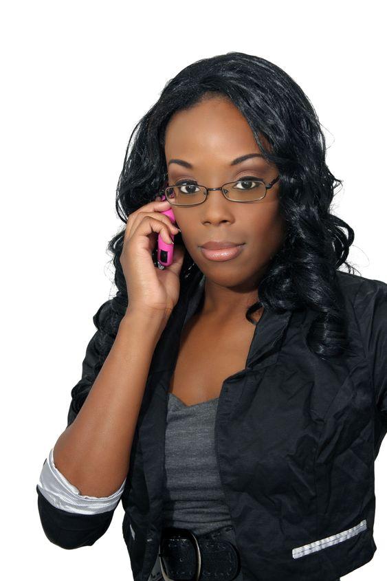 Vacker kvinna med mobiltelefon (1)