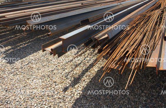 Högen av rostiga metal rör