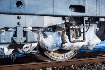 Vinter på järnvägen: Ett hjul på ett lok, fullt med snö...