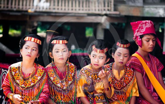 Barn med traditionen toraja kläder