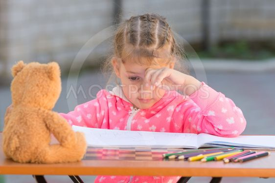 The girl does not know how to continue to draw drawing...