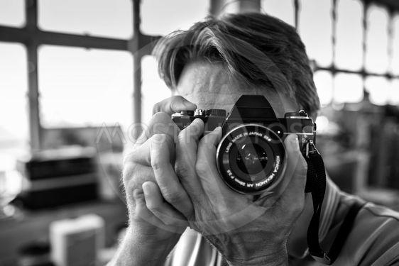 Fotograf med gammal kamera i hand