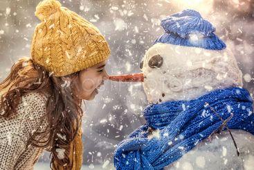 en liten flicka som träffar snögubben