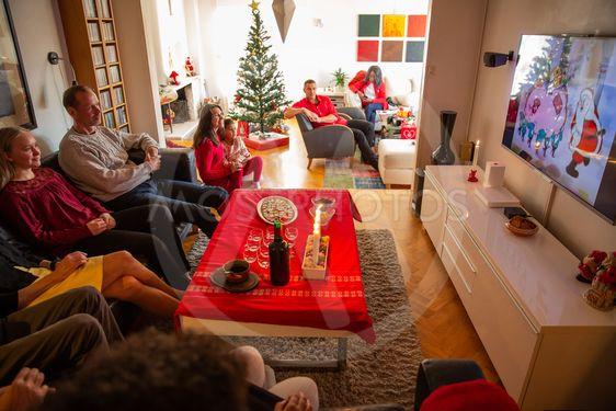Familj tittar på Kalle Ankas jul