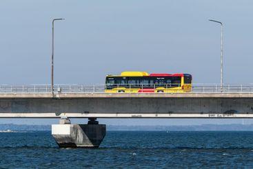Buss på väg på Ölandsbron