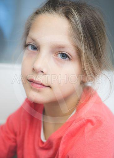 Porträtt av ung flicka