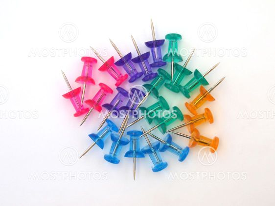 Mangefarvede thumbtacks
