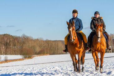 Två kvinnor på uteritt i vintersol - Silvertid