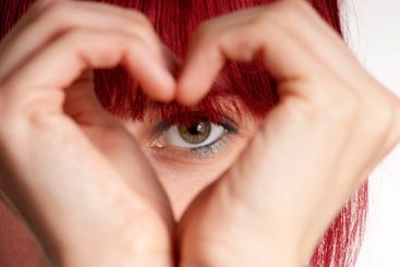 Frau zeigt Herz | woman shows heart