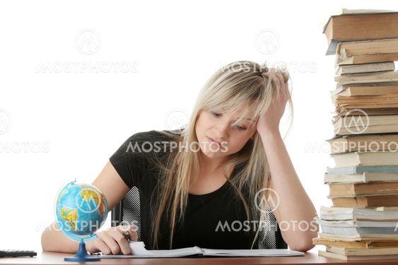 Nuori nainen työpöytäsi opiskelee