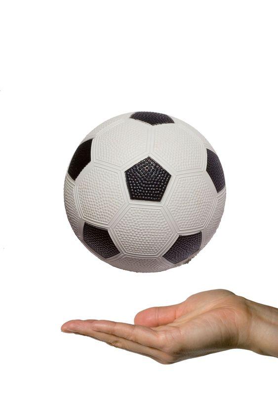 Näytetään jalkapallo