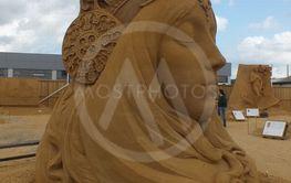 kvinde set fra siden med lukkede øjne i sand