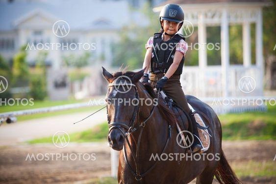 BANGKOK THAILAND - 27 FEB: oidentifierade pojke praxis att rida en häst i hästen skolan sätter på den 27 februari, 2013 bangkok thailand