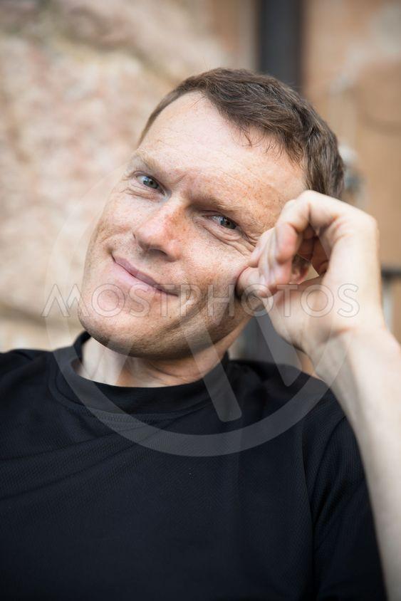 porträtt av leende medelålders man