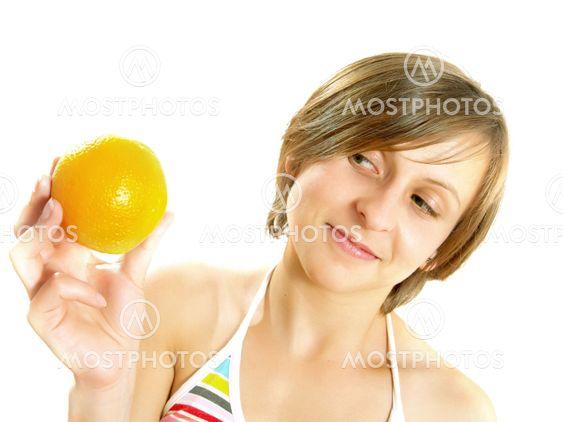 Leende flicka med en färsk orange