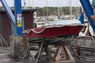 Röda båten vid kranen