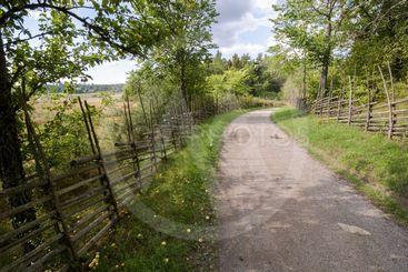 Lantidyll med gärdesgård, Viby by, Sigtuna, Sverige.