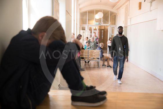 ledsen pojke i skolan