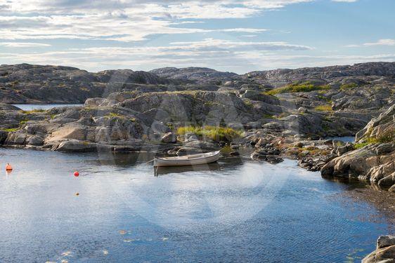 Havsvik med båt och klippor