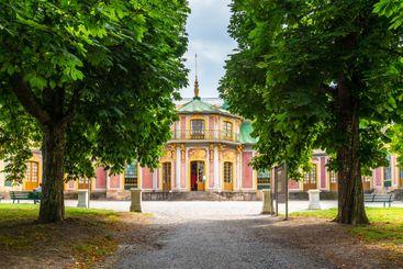 Vackra Kina slott i Drottningholms trädgård.