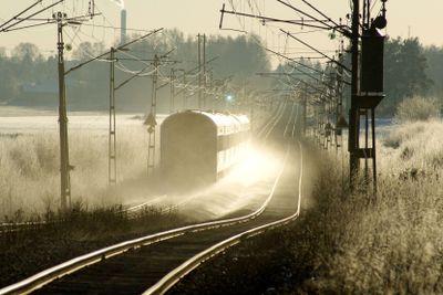 Tåg på linjen en kylig vinterdag