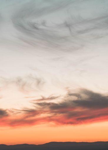 Un primer plano de nubes en el cielo