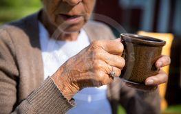 äldre kvinna med kaffekopp