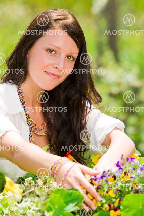 Sommeren haven smuk kvinde, der smiler blomst