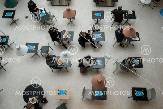 Lunchgäster får sitta en och en för att äta.