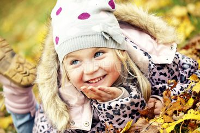 Flicka i löven