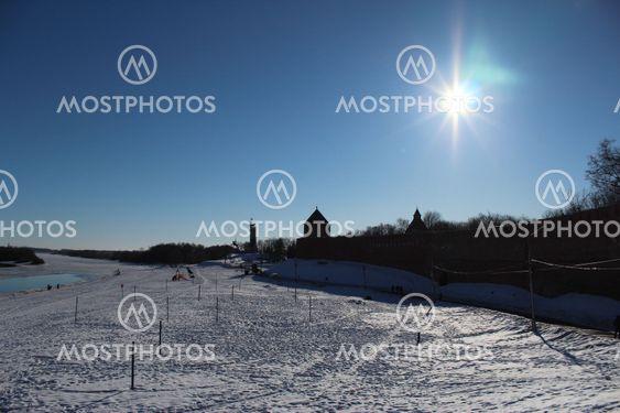 Grand Novgorod, Volkhov floden, sky, vinter, solskinsdag, kirken i afstanden