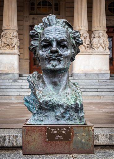 Staty, byst av Strindberg framför Dramatens byggnad.