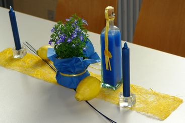 Table decorations blue yellow