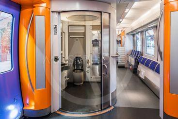 Interiör med toalett i ett modernt tåg för lokal- och...