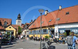 Gatubild från torget i sommarstaden Visby på Gotland