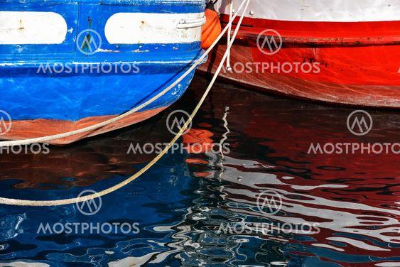 Aktern på två spanska fiskebåtar