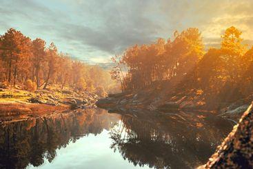 paisaje artístico puesta de sol sobre el lago en otoño