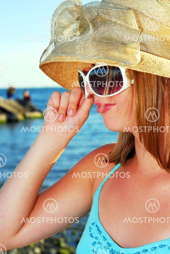 Tonårig flicka i en hatt