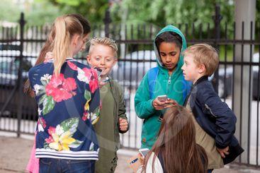 Barn med mobiltelefoner