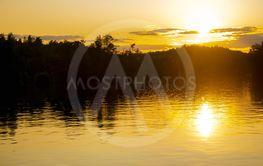 Solnedgång över vattnen