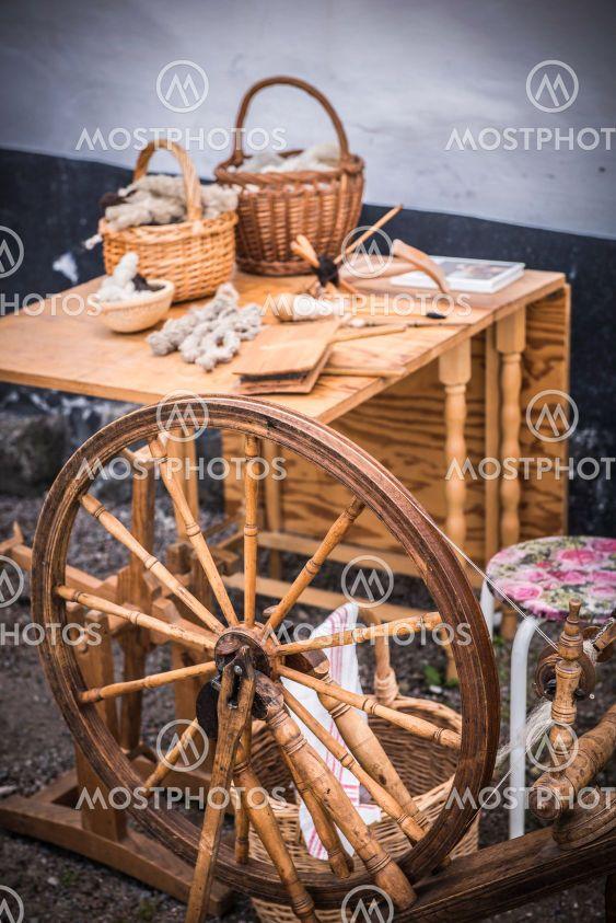 Vävstol och hantverk på ett bord